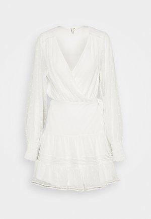 FLAWLESS WRAP DRESS - Vapaa-ajan mekko - white