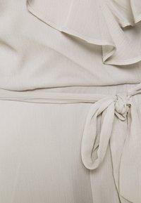 Nly by Nelly - DASHING FLOUNCE DRESS - Koktejlové šaty/ šaty na párty - light grey - 2