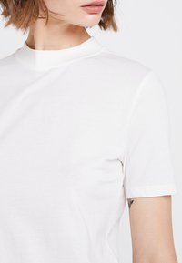 Nly by Nelly - HIGH NECK TEE - T-shirts - white - 4
