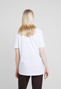Nly by Nelly - BASIC TEE - Jednoduché triko - white - 2