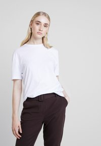 Nly by Nelly - BASIC TEE - Jednoduché triko - white - 0