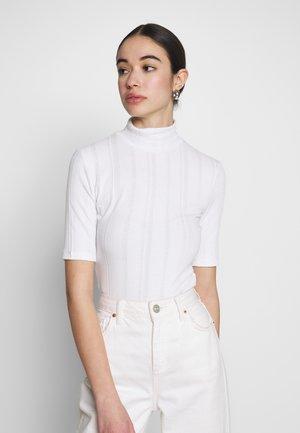 HIGH TURTLENECK TOP - T-shirts med print - white