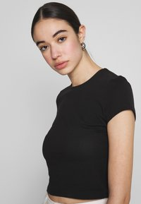 Nly by Nelly - PERFECT CROPPED TEE - Jednoduché triko - black - 3