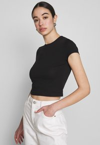 Nly by Nelly - PERFECT CROPPED TEE - Jednoduché triko - black - 0