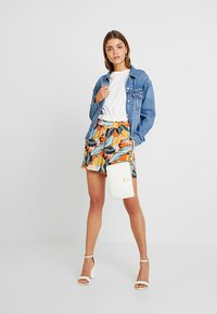 Nly by Nelly - CROP FRILL TEE - T-shirts med print - white - 1