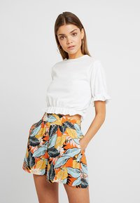 Nly by Nelly - CROP FRILL TEE - T-shirts med print - white - 0