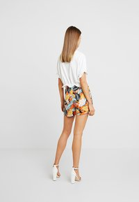Nly by Nelly - CROP FRILL TEE - T-shirts med print - white - 2