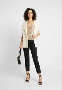 Nly by Nelly - DRAPED SEQUIN SINGLET - Topper - gold - 1