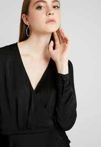Nly by Nelly - LOVELY WRAP BLOUSE - Blůza - black - 4