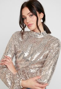Nly by Nelly - OPEN BACK SEQUIN - Bluser - champagne - 4