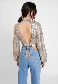 Nly by Nelly - OPEN BACK SEQUIN - Bluser - champagne - 2