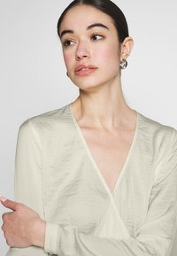 Nly by Nelly - LOVELY WRAP BLOUSE - Bluser - creme - 3