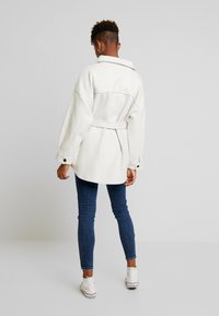 Nly by Nelly - BELTED SHACKET - Pitkä takki - offwhite - 2