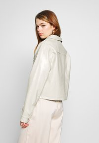 Nly by Nelly - CROPPED DETAILED JACKET - Jacka i konstläder - off-white - 2
