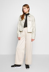 Nly by Nelly - CROPPED DETAILED JACKET - Jacka i konstläder - off-white - 1