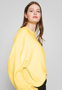 Nly by Nelly - SLEEVE FOCUS KNIT - Jersey de punto - light yellow - 3