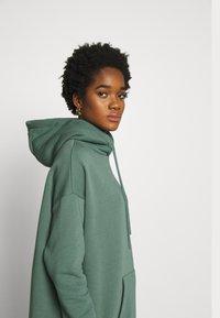 Nly by Nelly - OVERSIZED HOODIE - Bluza z kapturem - green - 3