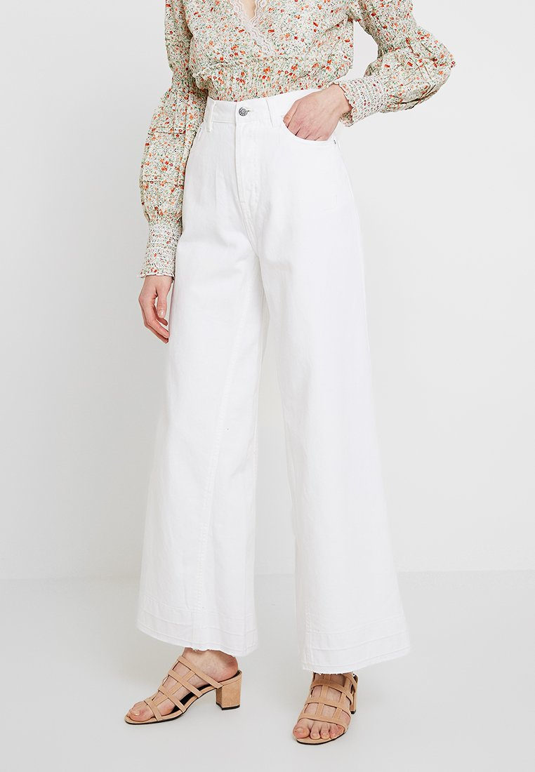 Nly by Nelly - GREAT WIDE - Flared Jeans - white