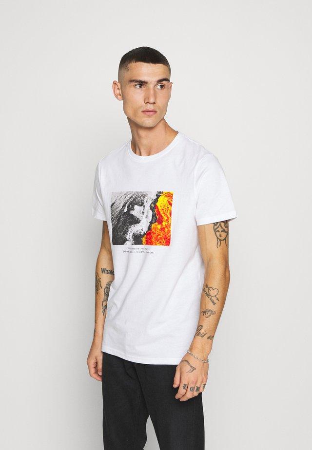 DANNY TEE - Printtipaita - white