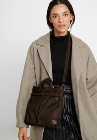 Nexus VII. - PORTER YOSHIDA X NEXUS VII HELMET BAG SMALL - Handbag - brown - 5