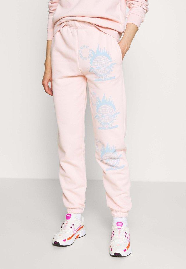 WORLDWIDE JOGGERS - Teplákové kalhoty - pink