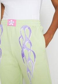 NEW girl ORDER - METALLIC TRIBAL FLAME JOGGERS - Teplákové kalhoty - green - 5