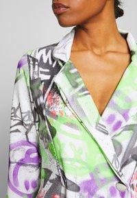 NEW girl ORDER - GRAFITTI BLAZER DRESS - Denní šaty - multi - 5