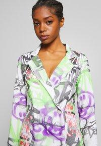 NEW girl ORDER - GRAFITTI BLAZER DRESS - Denní šaty - multi - 3