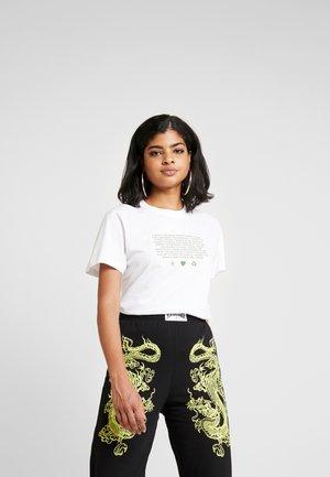 MANIFESTO - T-shirt con stampa - white