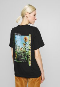 NEW girl ORDER - QUEEN OF RECYLING CLACK  - Print T-shirt - black - 2