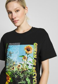 NEW girl ORDER - QUEEN OF RECYLING CLACK  - Print T-shirt - black - 4