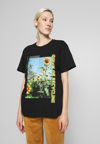 NEW girl ORDER - QUEEN OF RECYLING CLACK  - Print T-shirt - black - 0