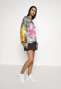 NEW girl ORDER - VIRTUE TIE DYE - Sweatshirt - grey - 1