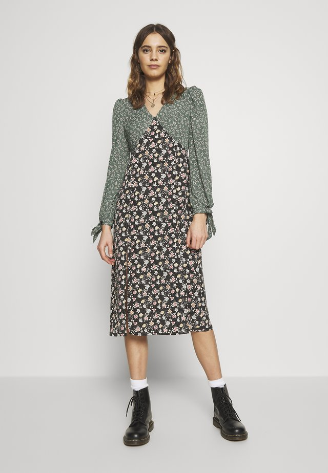 FLORAL CONTRAST LONG SLEEVE PATCHI DRESS - Vapaa-ajan mekko - green