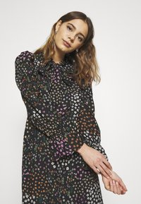 Never Fully Dressed - MEADOW PRINT DRESS - Denní šaty - black - 3