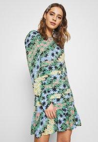 Never Fully Dressed - MONACO JOHANNA PRINT DRESS - Kjole - blue - 0