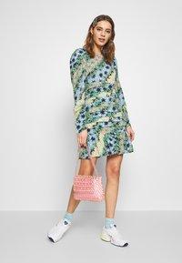 Never Fully Dressed - MONACO JOHANNA PRINT DRESS - Kjole - blue - 1