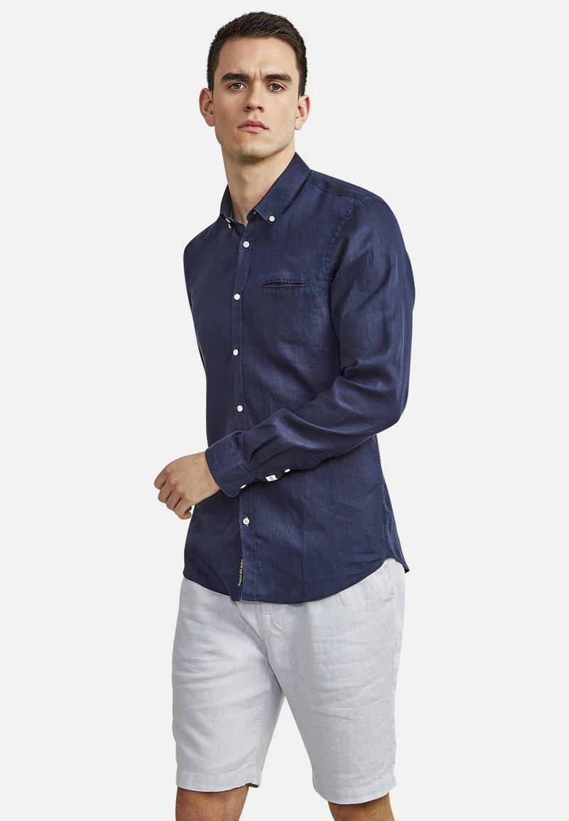 NEW IN TOWN - MIT BUTTON-DOWN-KRAGEN - Shirt - night blue