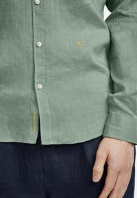 NEW IN TOWN - MIT BUTTON-DOWN-KRAGEN - Shirt - green - 4