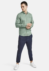 NEW IN TOWN - MIT BUTTON-DOWN-KRAGEN - Shirt - green - 1
