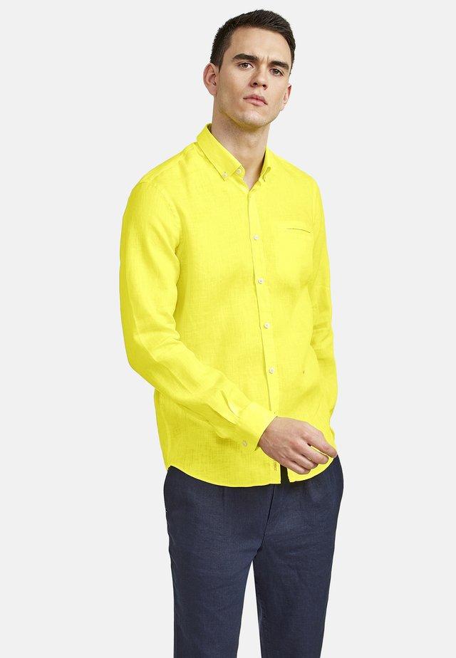MIT BUTTON-DOWN-KRAGEN - Shirt - wild lime