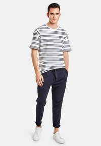 NEW IN TOWN - Trousers - navy - 1