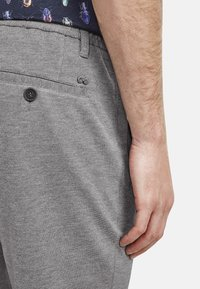 NEW IN TOWN - Shorts - grey - 3