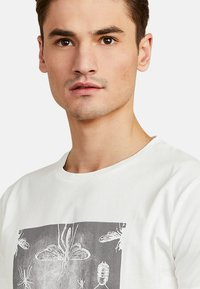 NEW IN TOWN - MIT GRAFIKPRINT - Print T-shirt - broken white