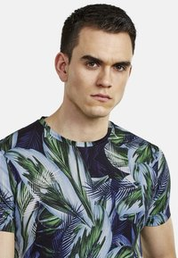 NEW IN TOWN - FLORAL - Print T-shirt - green - 3