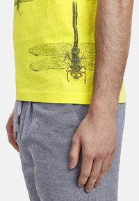NEW IN TOWN - INSECTS - Print T-shirt - neon green - 4