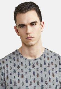 NEW IN TOWN - MIT ALLOVER-INSEKTENPRINT - Print T-shirt - grey - 3