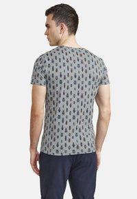 NEW IN TOWN - MIT ALLOVER-INSEKTENPRINT - Print T-shirt - grey - 2