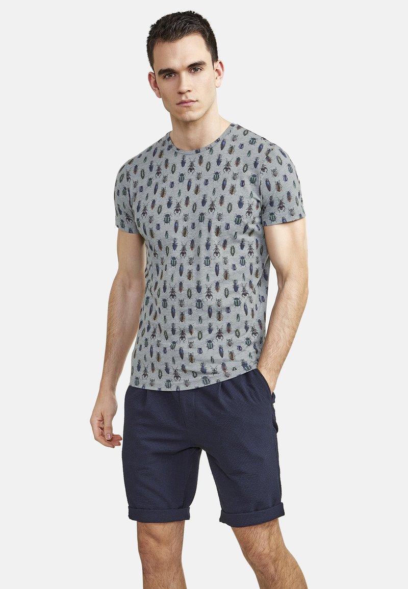 NEW IN TOWN - MIT ALLOVER-INSEKTENPRINT - Print T-shirt - grey
