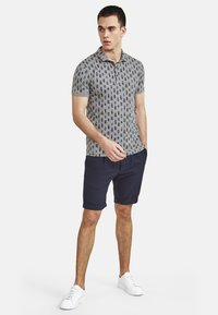 NEW IN TOWN - MIT ALLOVER-INSEKTENPRINT - Polo shirt - grey - 1